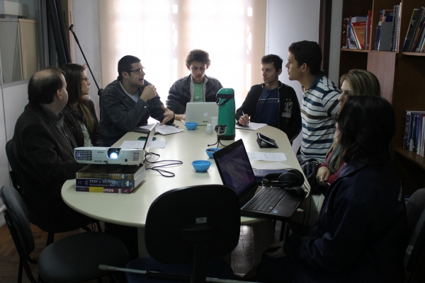 Equipe do Napne e do PAV durante reunião com servidores do IFES